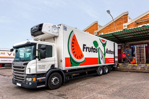 Camión en las paradas de Frutas Antonio en Mercabarna